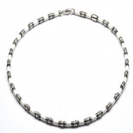 Collana in argento 925 con sintetico ceramico bianco ematite e separatori a gomitolo